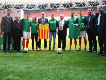 Foto de grup amb jugadors bascos, i tècnics i directius de les dues federacions, ahir FCF