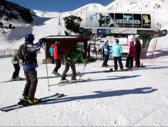 Esquiadors a Vallter 2000, la primera estació d'esquí catalana que ha pogut obrir pistes aquesta ACN