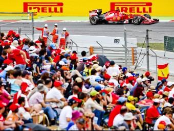 Kimi Räikkönen passa a davant d'una tribuna plena en l'últim GP de F-1 al circuit de Barcelona-Catalunya EFE