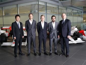 Ron Dennis (dreta) i Takahisa Arai, d'Honda, flanquegen els seus pilots, Button, Magnussen i Alonso, ahir a la seu de McLaren a Woking MCLAREN
