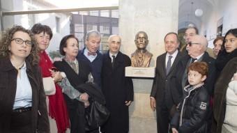 El bust d'Agustí Riera amb familiars i el president de la Diputació de Girona, Joan Giraut. MARTÍ ARTALEJO