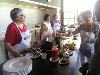 Algunes de les cuineres que van participar en el rodatge de les receptes. EL PUNT AVUI
