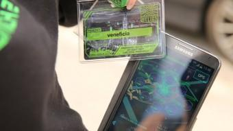 Un jugador mostra l'aplicació d'Ingress al seu mòbil ARXIU