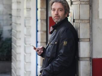 Jaime Escamilla al costat d'un dels aparcaments urbans a Barcelona.  ALBERT SALAMÉ
