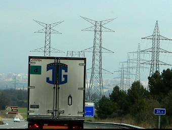 Imatge d'arxiu de principis d'any de l'AP-7 abans de Figueres amb les torres de la MAT a mig construir i, a la dreta, les torres –amb fils– de la línia de 132 kV MANEL LLADÓ