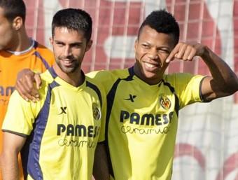 Albert Blázquez, a l'esquerra, assenyalat per Ikechukwu Uche durant un entrenament del primer equip del Vila-real PERIÓDICO MEDITERRÁNEO