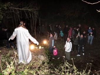 Un àngel guia els visitants del pessebre vivent de Bàscara, una part del qual es representa als paratges naturals de la vora del riu Fluvià al seu pas per al municipi. JOAN SABATER