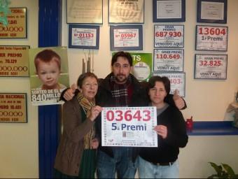Els propietaris de l'administració de loteria El Trébol, de Ripoll, després de saber que havien repartit un cinquè premi del sorteig de la grossa de Nadal de la loteria espanyola del 2012 J.C