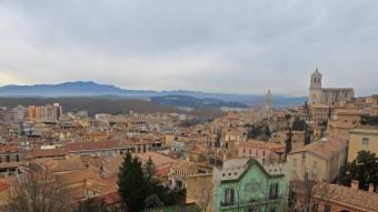 Una imatge del paisatge de la la Girona de sempre, des de la muralla, on nomes canvien els figurants. LLUÍS SERRAT