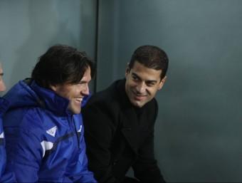 Gerard López conversa amb el seu ajudant Roger García, instants abans de l'inici del partit a San Mamés ORIOL DURAN