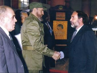 El professor Francesc Granell oferint pacte amb la UE a Fidel Castro, al desembre del 1997.  ARXIU