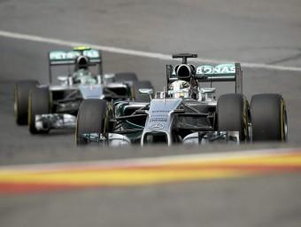 Hamilton, al davant de Rosberg a Spa, abans de la topada EFE
