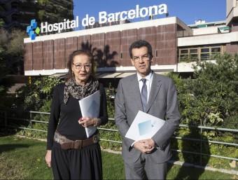 directora general, Lourdes Mas, i el director mèdic, Carlos Humet, davant de l'Hospital de Barcelona.  JOSEP LOSADA