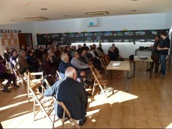 Un moment en què Joan Caball intervé a la conferència sobre les transmissions patrimonials al camp, al centre cívic del Far d'Empordà. J.C