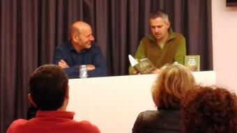 La presentació a la biblioteca, amb l'autor del llibre , Xavier Cusell, i del pròleg, Lluís Postigo. MERCÈ PÉREZ PIÑOL