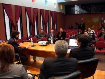 El secretari Ricard Font, explicant als alcaldes de l'eix Tàrrega-Alfarràs les millores que es projecten a la zona ACN
