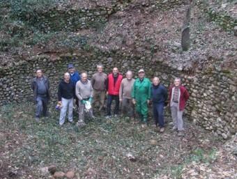 El grup de voluntaris, a l'interior de les restes del pou de glaç. EPA