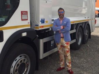 Manel Serrano amb un dels camions de Ros Roca als Emirats Àrabs.  ARXIU