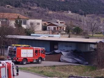 Un detall de les destrosses que la ventada del diumenge va causar a l'edifici del centre cívic de Riudaura. BLANCA GÓMEZ