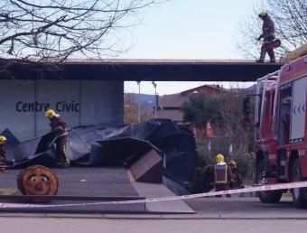 Els bombers treballant al centre cívic de Riudaura. BLANCA GÓMEZ