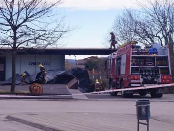 El vent ha arrencat part de la teulada del centre cívic de Riudaura BLANCA GÓMEZ