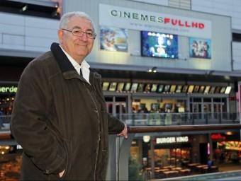 Pere Sallent i al fons els Cinemes Full HD, al centre comercial de Cornellà Splau.  JUANMA RAMOS