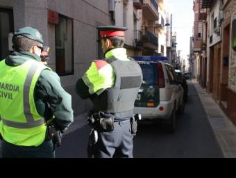 Agents de la Guàrdia Civil i Mossos d'Esquadra al carrer Santa Magdalena del Perelló ACN