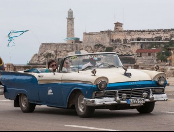 Turistes passejant per l'Havana amb un taxi de l'any 1959.  AFP