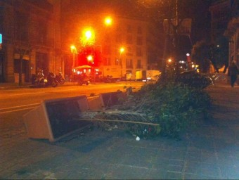Unes plantes d'un restaurant caiguts pel vent al centre de Barcelona EL PUNT AVUI
