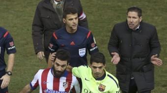 Simeone conversa amb l'àrbitre Gil Manzano en l'Atlético-Barça de copa. EFE