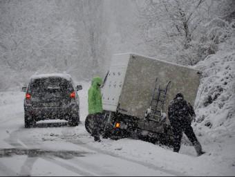 Un camió s'ha sortit de via a la carretera per accedir a Espot, al Pallars Sobirà. ACN