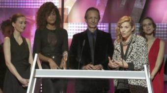 L'equip de 'Rastres de sàndal' en el momen de rebre el Gaudí a la millor pel·lícula en català ALBERTO ESTÉVEZ/EFE