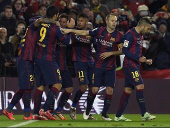 Els jugadors del Barça envolten Rafinha per celebrar el gol del migcampista, ahir al Camp Nou AFP