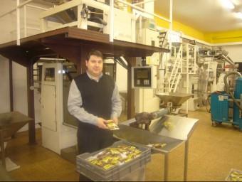 Jordi Torra, propietari de Fruits Secs Torra a la fàbrica de Jorba.  R.R