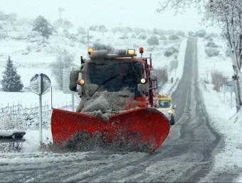 Una màquina llevaneus neteja la carretera entre Santa Coloma de Queralt i Montblanc, tallada per la nevada d'aquest dimecres al matí EFE