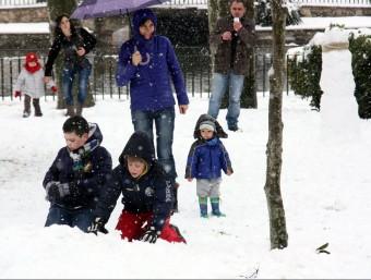 Els més petits gaudeixen de la nevada d'aquest dimecres a les Borges Blanques ACN