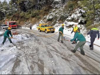 Treballs de neteja per reobrir a la carretera entre Olesa i Viladecavalls, aquest dimecres a la tarda JUANMA RAMOS