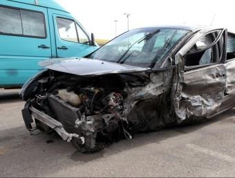 El conductor que va perdre la vida anava al volant d'un Clio. A l'esquerre, l'altre vehicle implicat en l'accident (una furgoneta Mercedes Benz) JOAN SABATER