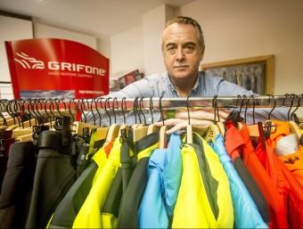 El director de Grifone, Eugeni Padrós, mostra alguns productes de la marca.  ALBERT SALAMÉ