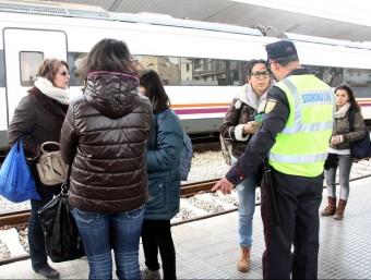 Un agent de seguretat de l'estació de Girona informa els passatgers de l'afectació en el servei, aquest dijous al migdia ACN