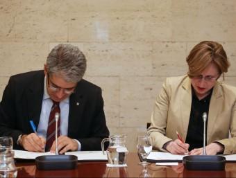 Francesc Homs i Hermeline Malherbe ahir a Barcelona firmant l'acord-marc de cooperació transfronterer EPA
