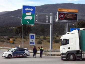 Mossos informant un camioner a La Jonquera ICONNA