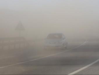 El vent aixeca sorra en una carretera a l'Alt Emprodà JOAN CASTRO/ICONNA