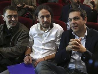 Monedero (e), amb el líder de Podemos Pablo Iglesias (c), en una assemblea d'aquesta organització acompanyats d'Alexis Tsipras, ara president del govern grec.  EFE