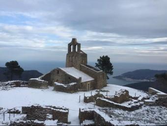 L'església de Santa Helena, amb el Port de la Selva al fons, aquest dissabte al matí ACN