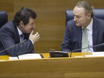 El vicepresident Císcar conversa amb Fabra a l'escó de les Corts. EL PUNT AVUI