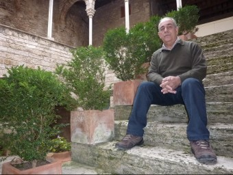 Josep Tarrus al pati del Museu Arqueològic Comarcal de Banyoles, ubicat a l'antiga Pia Almoina. R. E