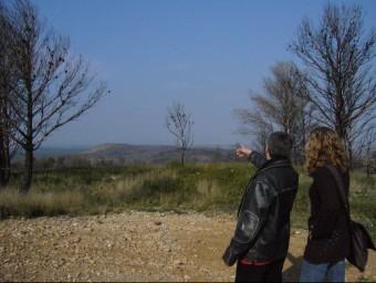 Membres de la plataforma contrària al parc Salvem el Terraprim en una imatge d'arxiu senyalant la zona on s'havien d'instal·lar els molins. M.VICENTE