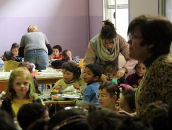 Mestres de l'escola Ramon Castelltort d'Igualada ajudant a dinar als alumnes confinats ACN