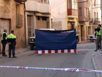 Els Mossos fent la inspecció al lloc on van assassinar un home al carrer a Gandesa ACN
